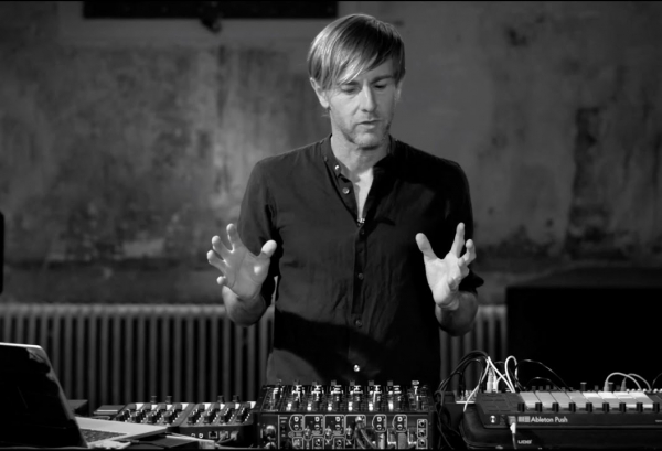 How I PLAY: Richie Hawtin erklärt sein MODEL 1 DJ-Setup
